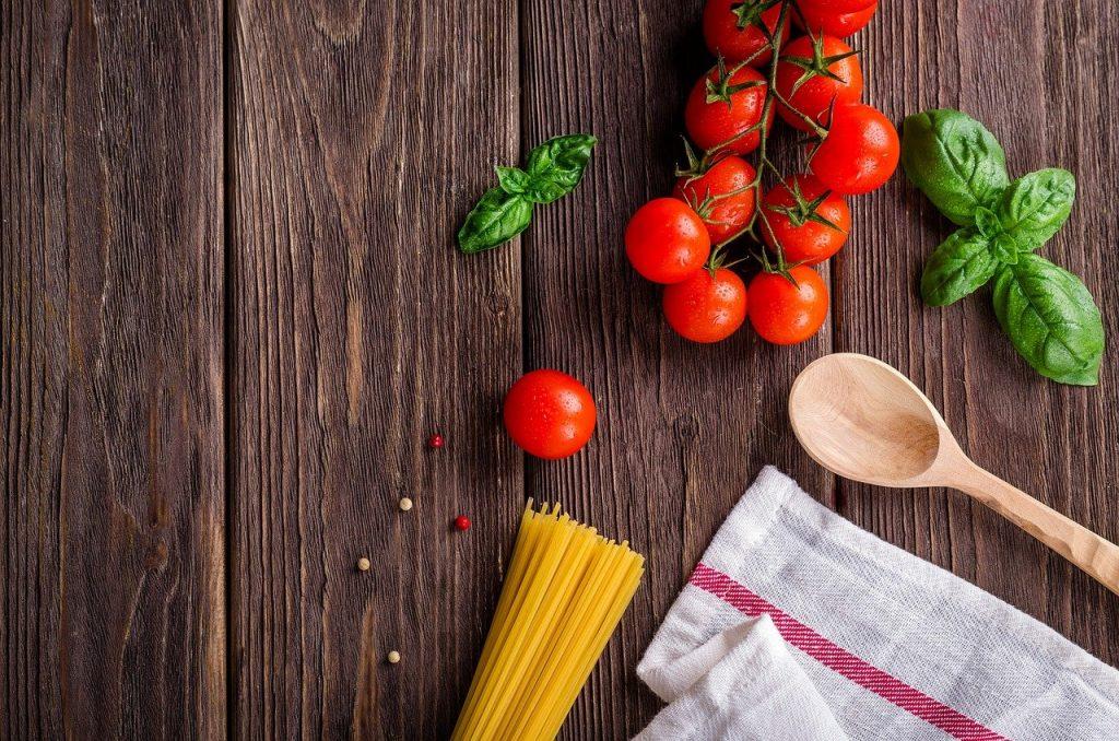 spaghetti, tomatoes, basil-1932466.jpg